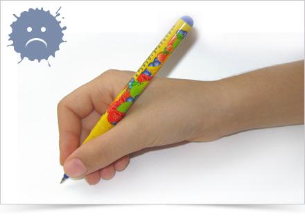 Držení psacího náčiní příliž nízko