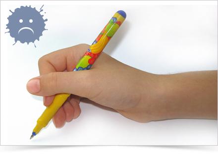 Špetka s palcem přes tužku