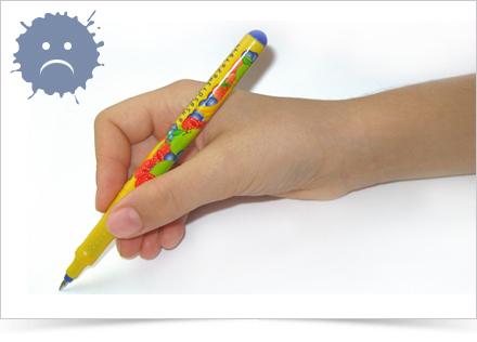 Držení psacího náčiní příliž vysoko